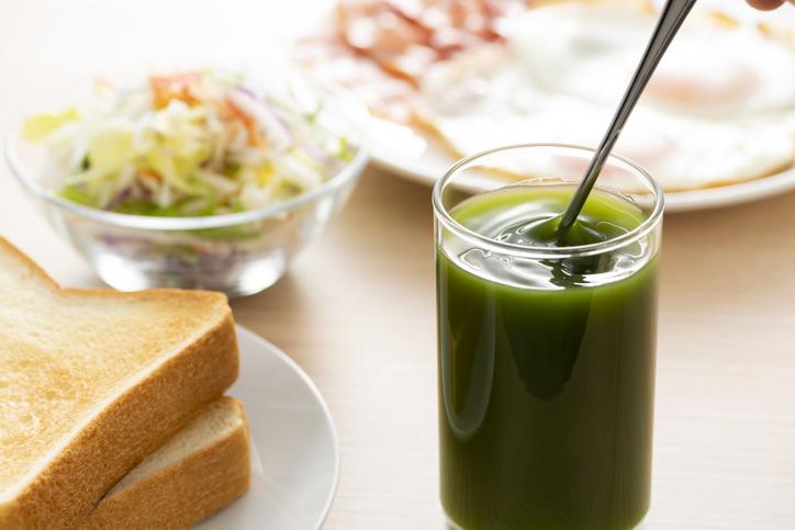 朝ごはんには青汁(写真:iStock)