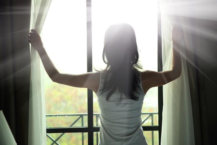 朝日が凶暴に感じる…(写真:iStock)