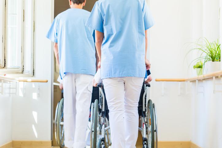 たくさんのプロが集まるのが介護施設(写真:iStock)