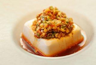 「ピリ辛薬味とうふ」食材もお皿もキンキンに冷やしてどうぞ