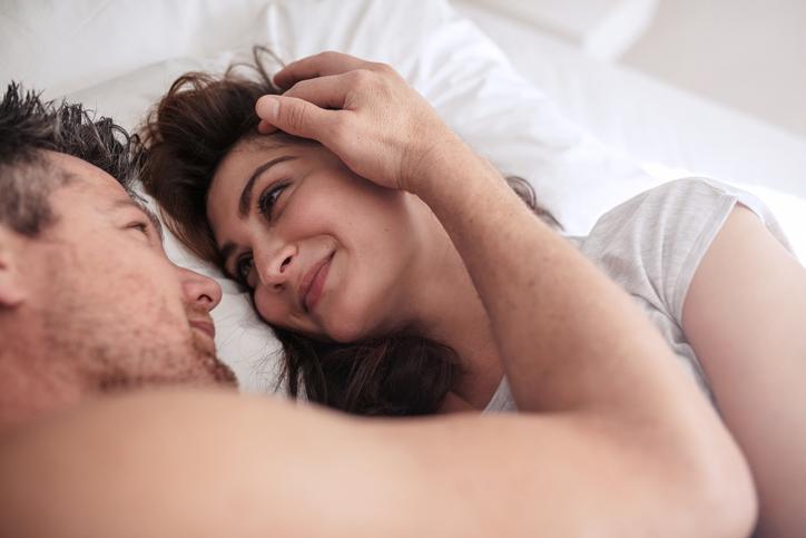 恋人関係の場合には愛情がより高まることも(写真:iStock)