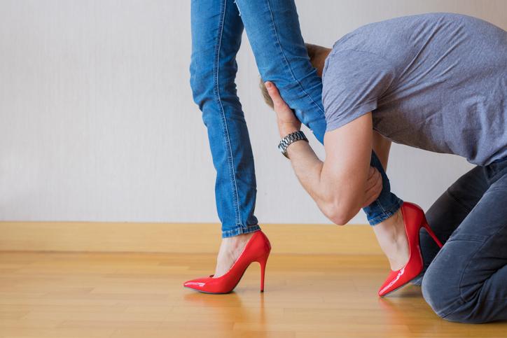 妻が出かけようとすると…(写真:iStock)