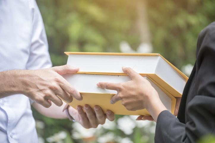 読書を通じてお互いの価値観を知る(写真:iStock)
