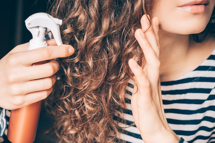 まずはヘアウォーターでしっかりと髪を湿らせる(写真:iStock)