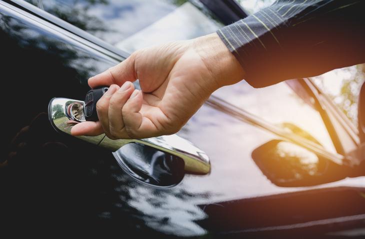 高級車は金持ちを演出する小道具(写真:iStock)
