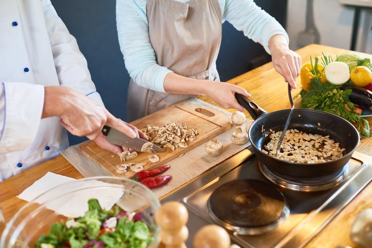 最近は料理教室で出会いも(写真:iStock)