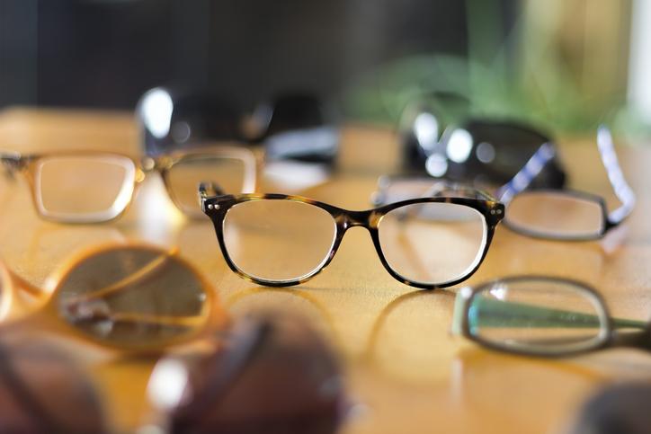 メガネでごまかすのもアリ!(写真:iStock)