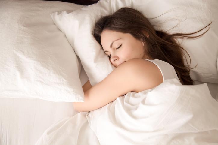 寝ている間にダメージが…(写真:iStock)