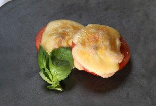 表面のチーズが焦げたら食べ頃「トマトとツナのチーズ焼き」
