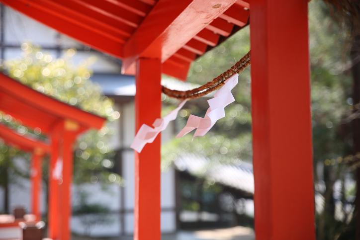 神社でパワーチャージ(写真:iStock)
