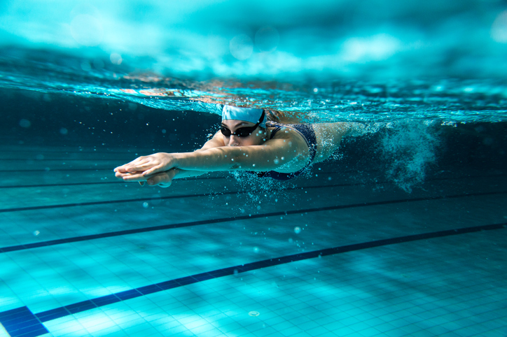 区営のプールならとってもお得(写真:iStock)