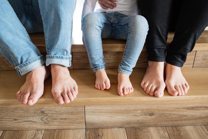 養子に迎えるという選択をする男性もいる(写真:iStock)