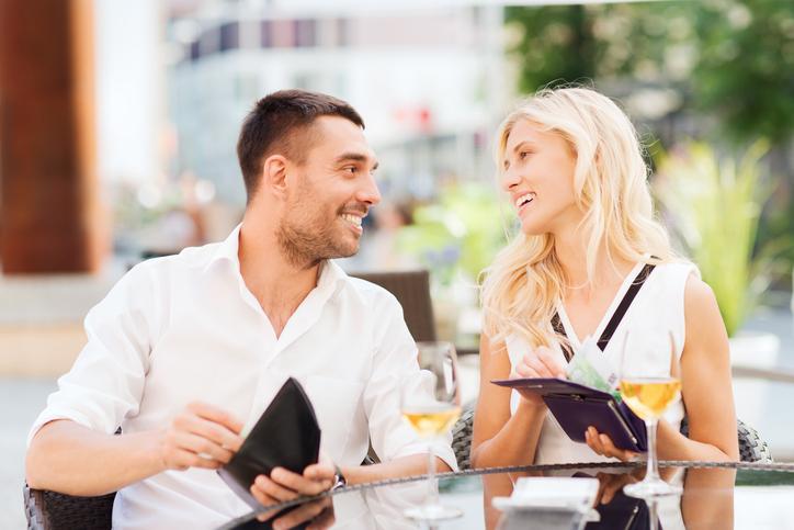 男性も女性もお金を出し渋らない(写真:iStock)