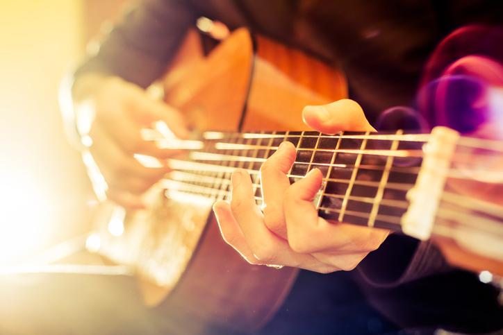ミュージシャン志望の恋人を支える女性が主人公(写真:iStock)