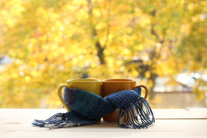ふたりで秋を楽しもう(写真:iStock)