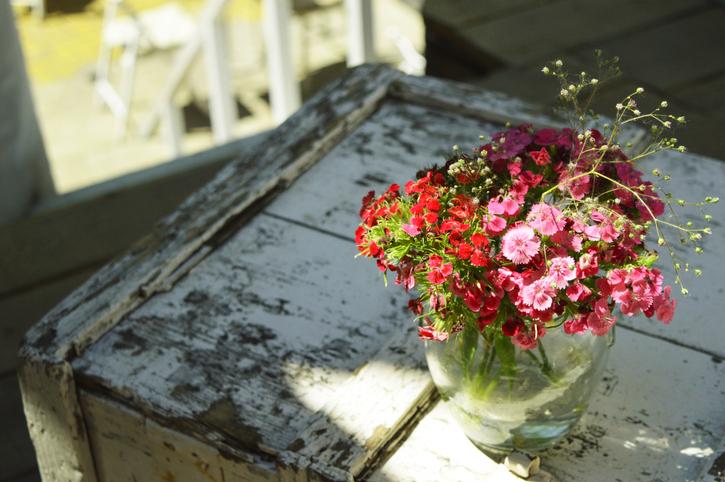 イライラ軽減…お花でも飾ってみる?(写真:iStock)
