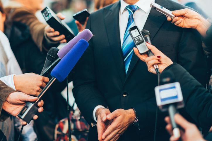 報道陣からの質問にどう答えた?(写真:iStock)