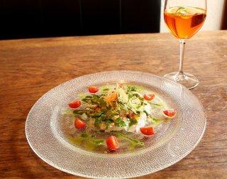 彩り野菜と塩がうまさを引き立てる「鯛のカルパッチョ」