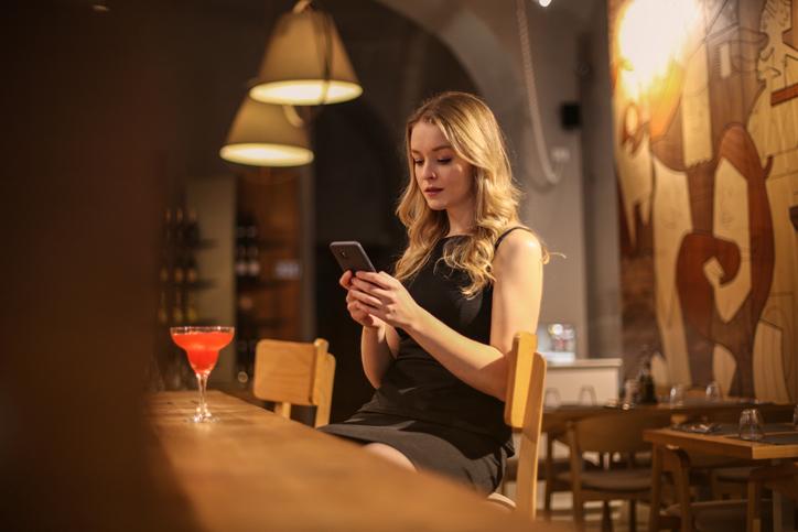 女子の一人飲みは何かと目立つけど…(写真:iStock)