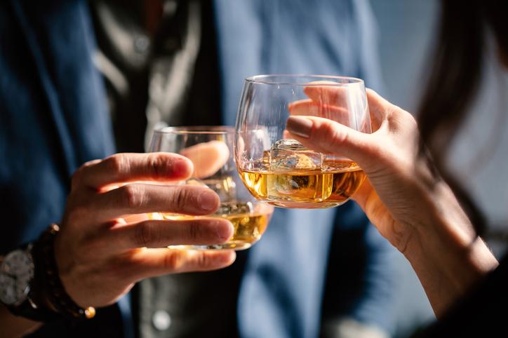 まず頼むべきお酒は?(写真:iStock)