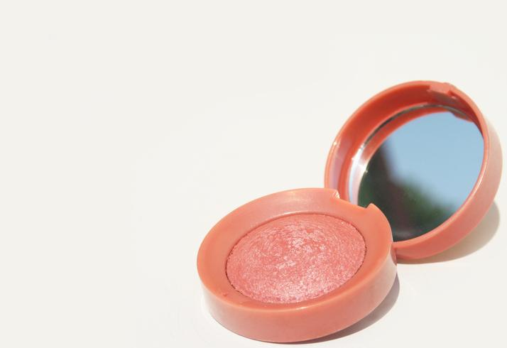 ピンクカラーで自然な涙袋を(写真:iStock)