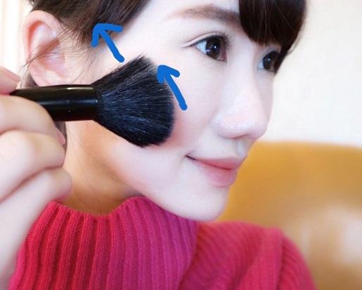 まずは頬に…(写真:時短美容協会所属/石田沙耶加)