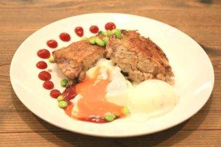 「大人のオムライス」鶏肉の中に焼き飯をたっぷり詰めて