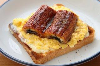 「ウナギと卵のオープンサンド」ふわとろでボリューム満点!