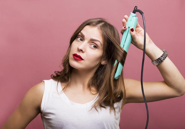 アイロンの使いすぎは髪を傷める(写真:iStock)