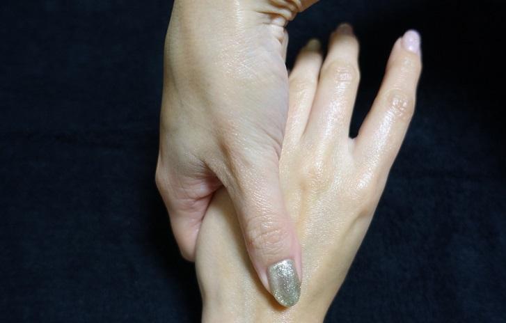 親指で螺旋を描くように(写真:時短美容協会)