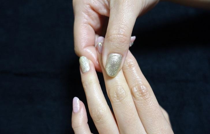 最後は爪を軽く指圧(写真:iStock)