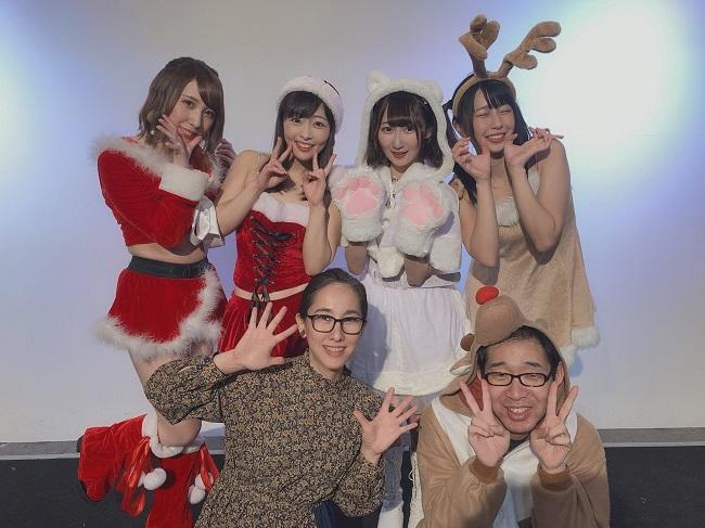 2019年12月クリスマスイベントで出演者、スタッフと(提供写真)