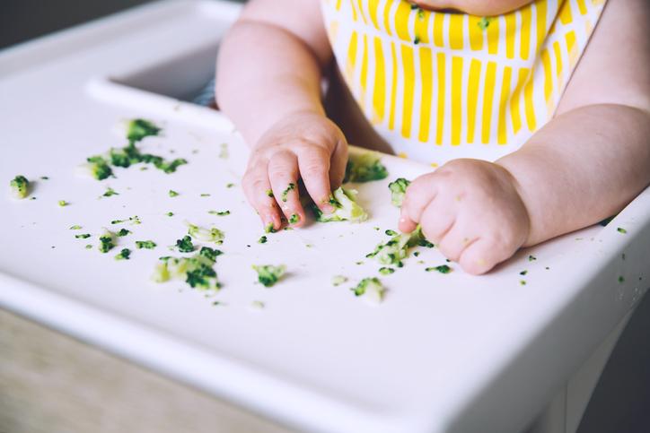 食べこぼしが許せるのは子供だけ(写真:iStock)