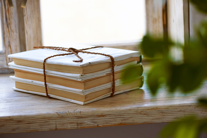 思い出がいっぱい詰まった本は捨てると後悔しがち(写真:iStock)