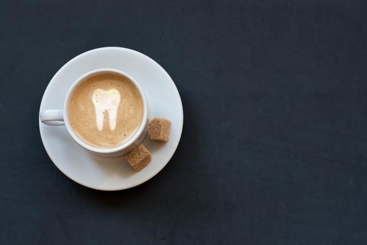 コーヒーを飲んだらすぐに歯磨き(写真:iStock)