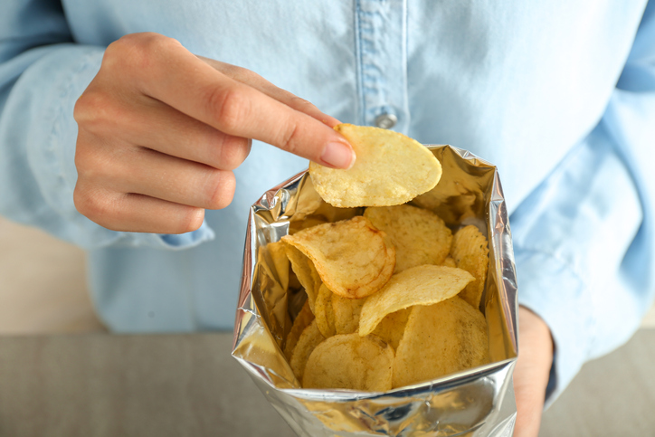 おせちを食べずにポテチを食べる(写真:iStock)