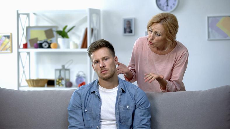 母親から結婚生活を心配される始末(写真:iStock)