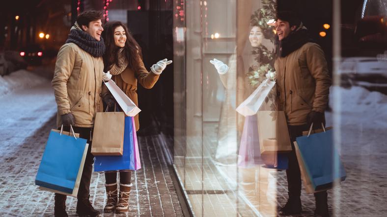 お買い物デートは楽しいけど…(写真:iStock)