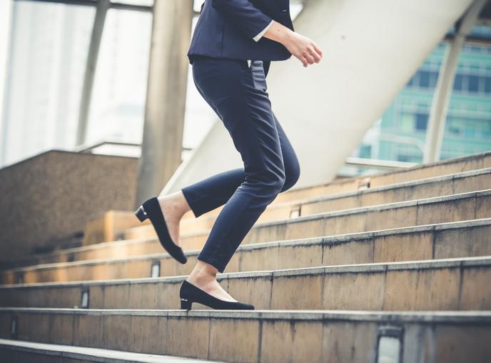 仕事の合間に少し歩くだけでも違う(写真:iStock)