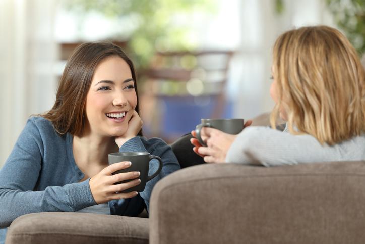 家事そっちのけでおしゃべりばかり(写真:iStock)