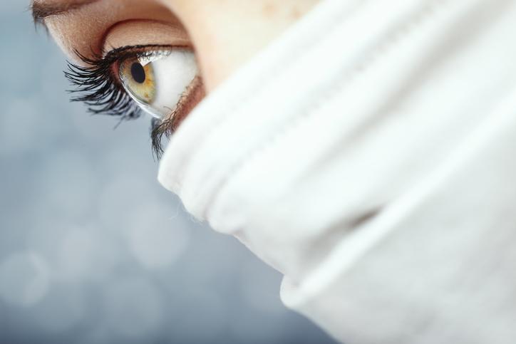 目元の美しさが印象的な「マスク美人」(写真:iStock)