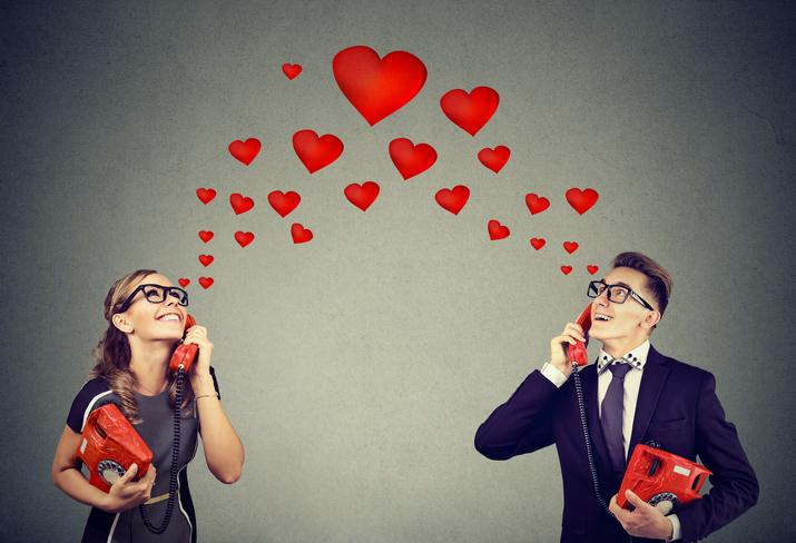 普通の恋人のように密な連絡(写真:iStock)