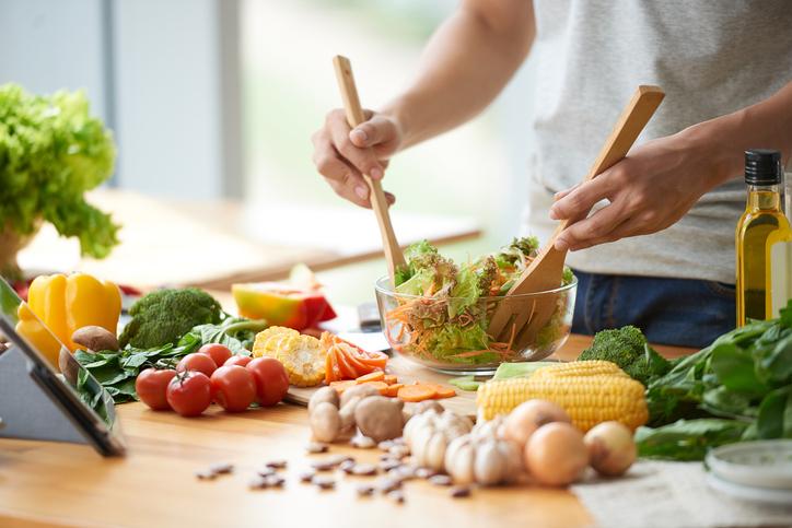 料理にこだわる男性もめずらしくない(写真:iStock)