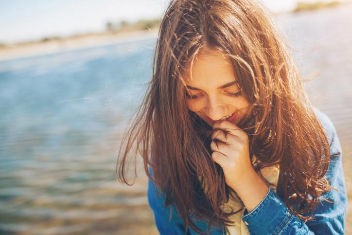 女の子が恥じらう姿にぐっとくる(写真:iStock)