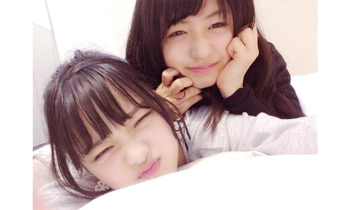 長濱(右)が自分のベッドに入ってくるのはいつものこととノロケていた平手(左)/平手友梨奈公式ブログ(16年5月2日付)より