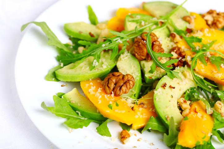 ビタミンたっぷりなサラダを摂ろう(写真:iStock)