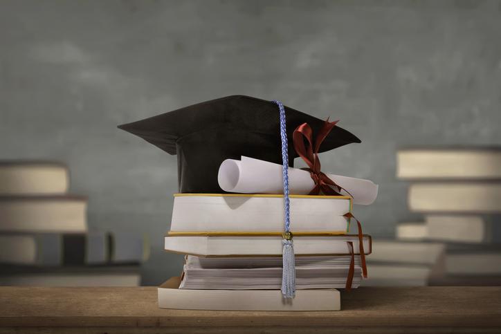 高学歴ということで男性から距離をとられる(写真:iStock)