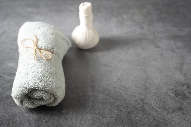 ホットタオルをあてて残った汚れを浮かせて落とす(写真:iStock)