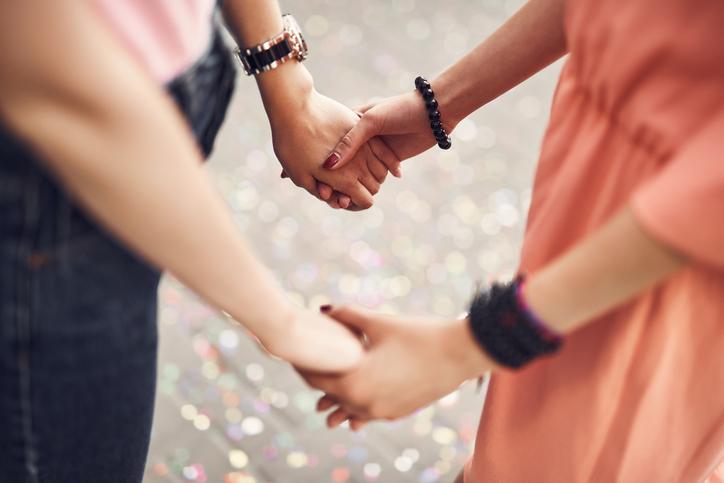 こちらから手を差し伸べることはできないけれど(写真:iStock)