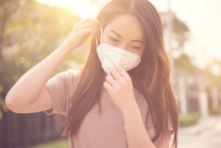 マスクの装着がストレスに(写真:iStock)